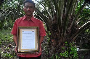 H. Narno, Ketua Kelompok Tani Sawit Swadaya Amanah, yang menerima sertifikat RSPO pertama di Indonesia.