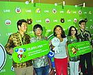 Foto bersama para board of executive LINE, Direktur Marketing dan Komunikasi WWF-Indonesia, dan brand ambassador LINE, Agnes Monica