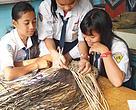 Murid-murid SMPN I Gunung Purei di desa Lampeong  berkreasi dengan rotan