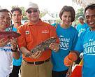 CEO WWF Indonesia DR Efransjah dan Kepala BPSPL Denpasar Ir Ikram M Sangadji, serta Davina Veronica, supporter kehormatan WWF Indonesia sebagai pembeli pertama