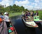 Tim WWF Rimba dan MCAI bersama masyarakat Desa Manis Mato mengunjungi kawasan rawa gambut dan hutan desa yang berbatasan dengan PT WKS, Selasa (20/4).