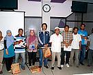 """Para pemenang kompetisi artikel WWF """" Merestorasi harimau dan gajah sumatera"""" untuk pewarta se-Riau  2011 berfoto bersama dengan panitia"""
