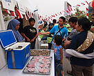 Pengunjung Festival #BeliYangBaik memerhatikan produk laut yang ramah lingkungan.