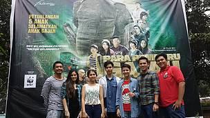 Para pemain berfoto bersama di poster besar Para Pemburu Gajah yang berada di Kebun Binatang Ragunan