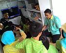 Siswa Sekolah Sarana menonton film di atas truk Panda Mobile.